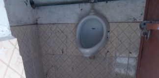 राजकीय वरिष्ठ माध्यमिक पाठशाला में बने शौचालय की हालत दयनीय