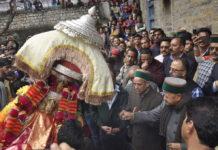 राज दरबार परिसर पहुंचने पर देवता स्वागत करते पूर्व सीएम वीरभद्र सिंह
