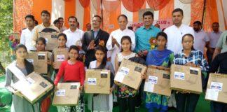 महेन्द्र सिंह ठाकुर ने मेधावी विद्यार्थियों को वितरित किए लैपटॉप