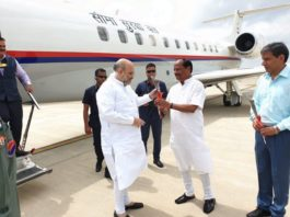 अमित शाह पहुंचे रांची, एयरपोर्ट पर रघुवर दास ने फूल देकर किया स्वागत-Panchayat Times