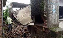 भारी बरसात में स्कूल की रिटेनिंग वॉल गिरी, रसोईघर सामान सहित हुआ तबाह -Panchayat Times